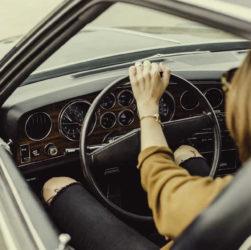 Femme qui conduit un véhicule